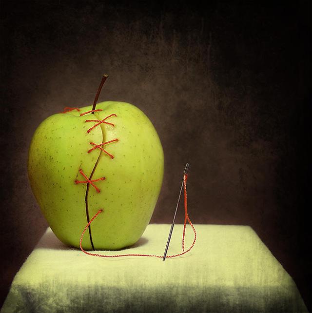 Натюрморт яблоко и игла