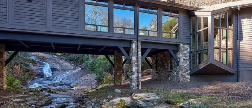Деревенский дом, построенный на ручье от студии Platt