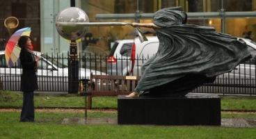 скульптура сила природы лоренцо квинн