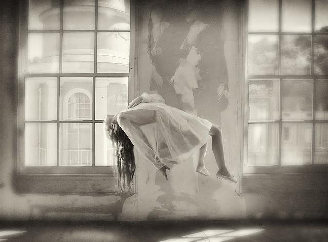 Детские мечты и воспоминания в черно-белых фотографиях Кэролайн Хэмптон