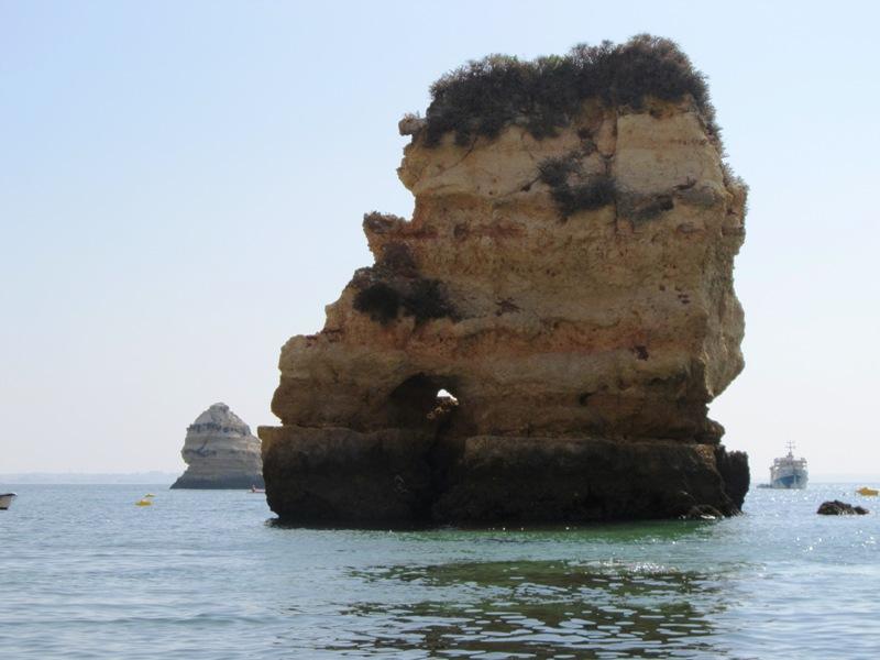 Скала в океане рядом с пляжем Дона Анна