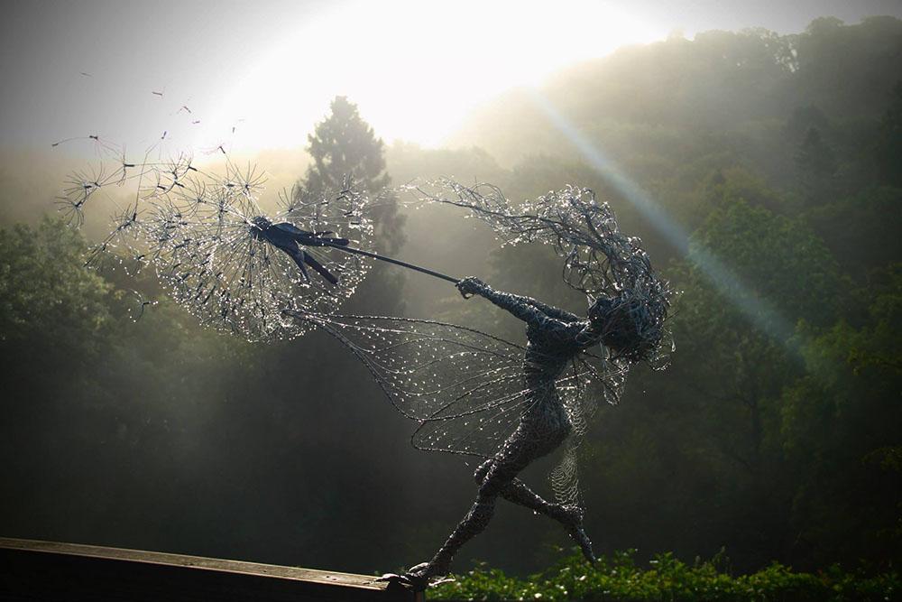 Скульптуры фей во время сильного ветра из стальной проволоки 1