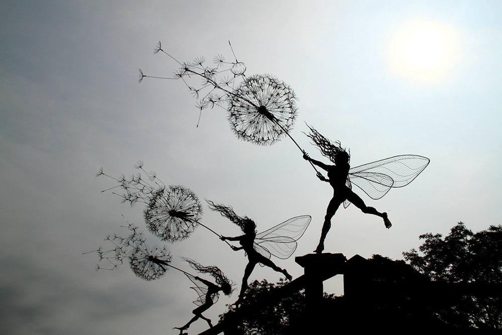 Скульптуры фей во время сильного ветра из стальной проволоки 2