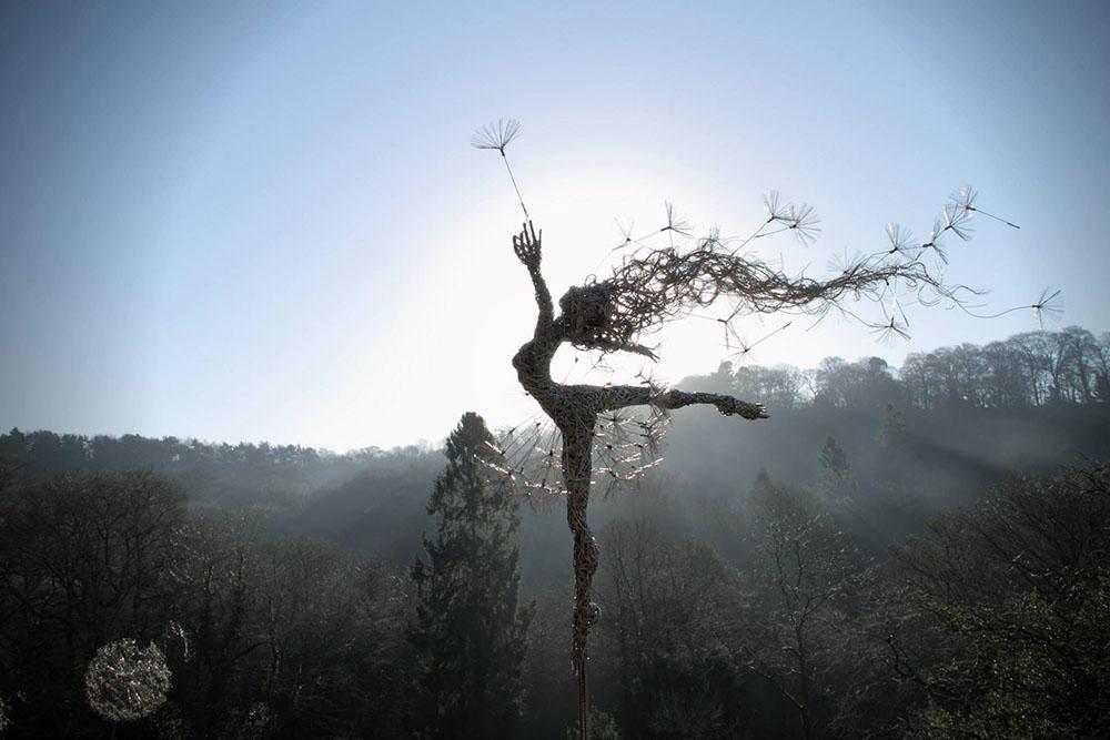 Скульптуры фей во время сильного ветра из стальной проволоки 4