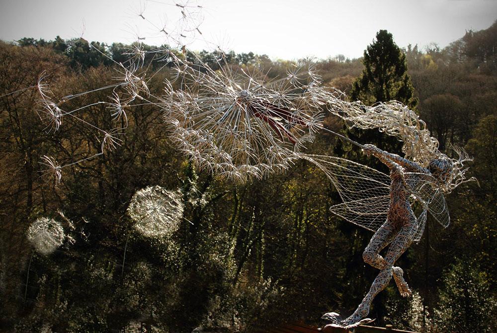 Скульптуры фей во время сильного ветра из стальной проволоки 5