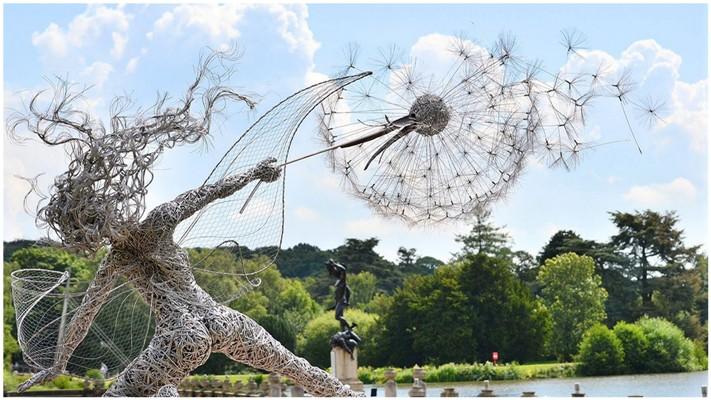 Скульптуры фей во время сильного ветра из стальной проволоки
