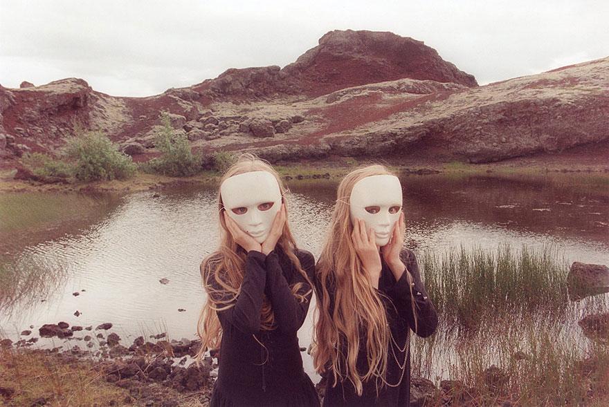 Мистические снимки ирландских близняшек Эрны и Хрефны от Арико Инаока 8