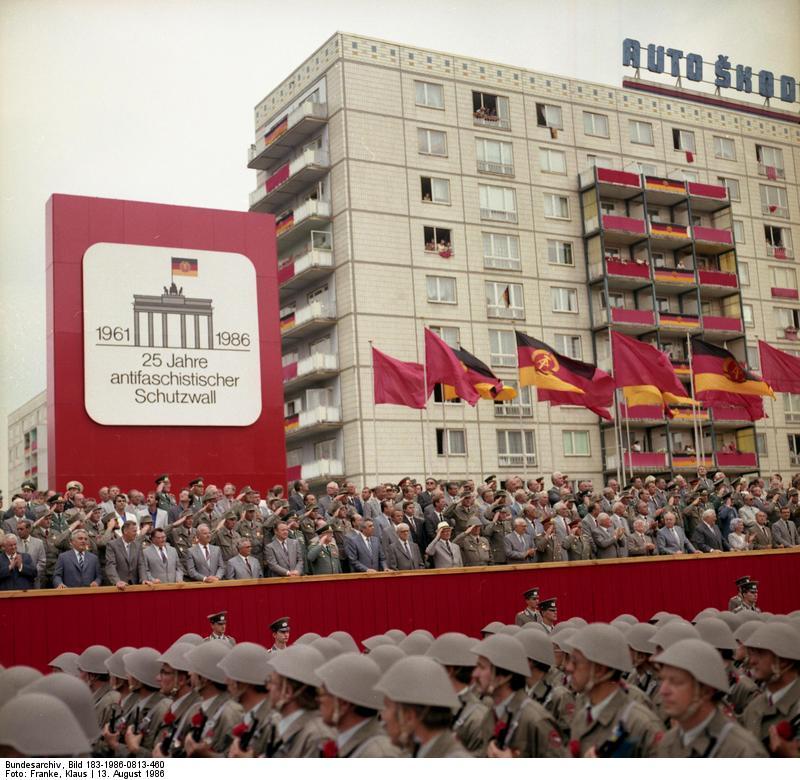 """ADN-ZB Franke 13.8.86 Berlin: Kampfappell Anläßlich des 25. Jahrestages der Errichtung des antifaschistischen Schutzwalls fand in der Karl-Marx-Allee ein Kampfappell statt, an dem Einheiten der Kampfgruppen der Arbeiterklasse, der Nationalen Volksarmee, der Grenztruppen der DDR und des Wachregiments """"Feliks Dzierzynski"""" teilnahmen."""