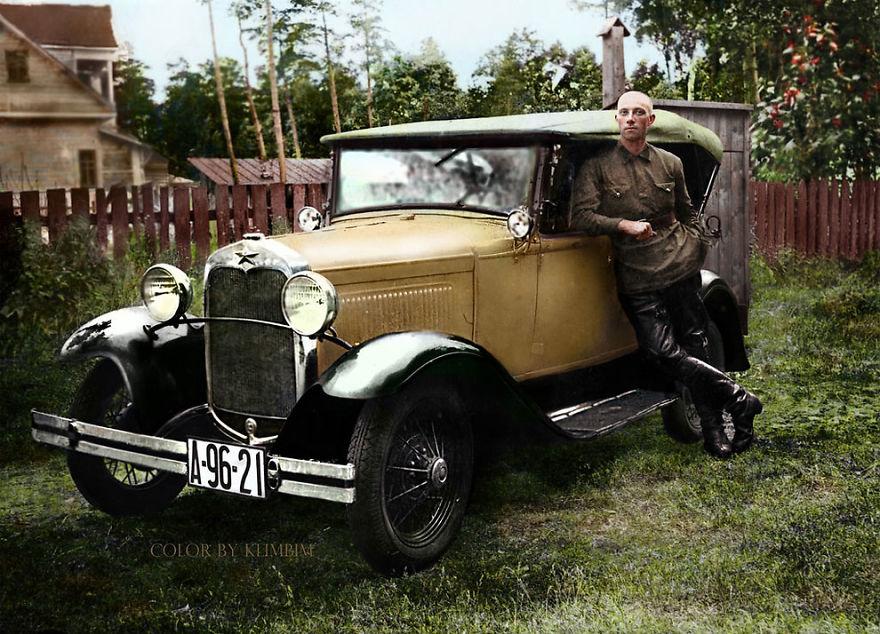 russkiy-stoit-u-avtomobilya-ford-sdela