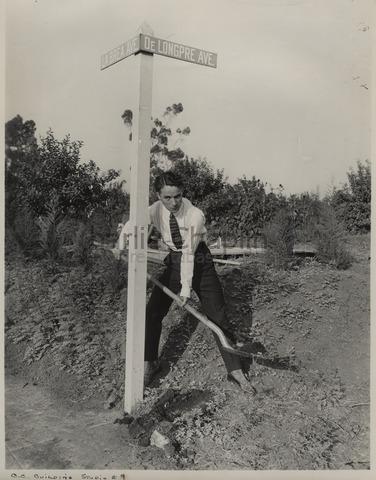 Чаплин на строительстве своей студии на углу проспекта Ла-Бреа и проспекта Лонгпре