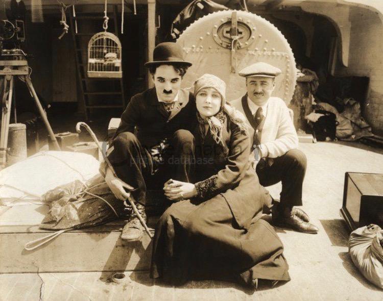 Чарли Чаплин, Эдна Пурвиэнд и брат Чарли Сидней на съемочной площадке The Immigrant (1917)