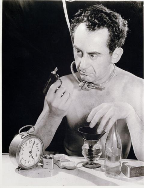 Автопортрет с пистолетом - Ман Рэй (1932)