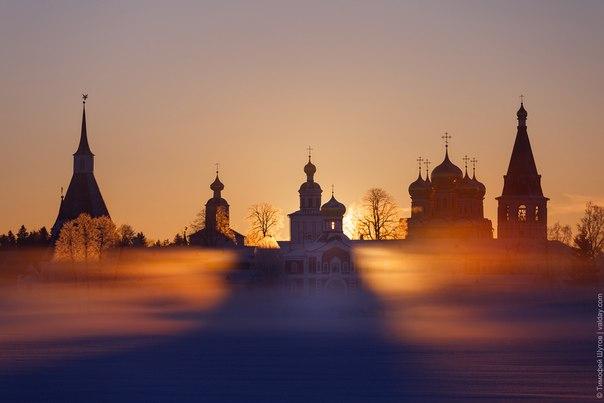 «чудо нового дня» рассвет на валдайском озере у стен иверского монастыря. 27 марта 2018 года.автор шутов