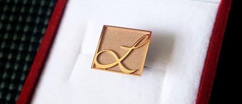 Значки из золота на заказ – сделайте подарки своим сотрудникам