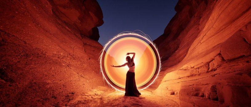 Женский силуэт пленённый магией света. Фотопроект Эрика Паре