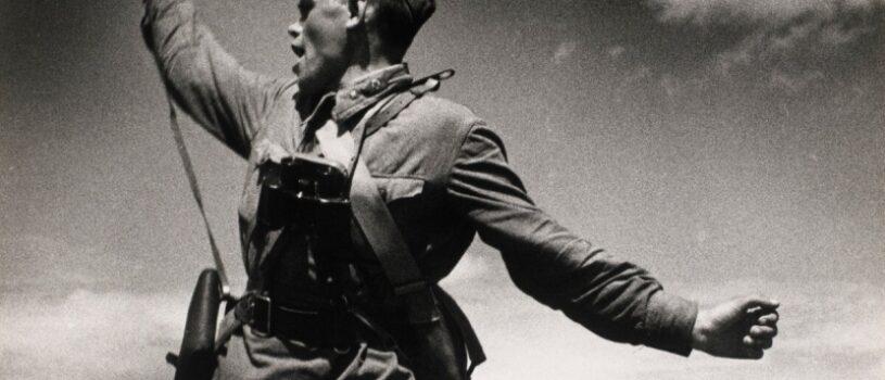 На Западе думают, что знаменитый военный снимок «Комбат» – постановка. Что не так с фото 1942 года