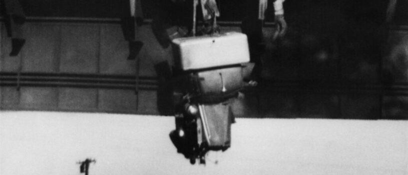 Водителя тащат на канате из тягача над пропастью: всё напряжение момента – в одном известном снимке (1953 год)